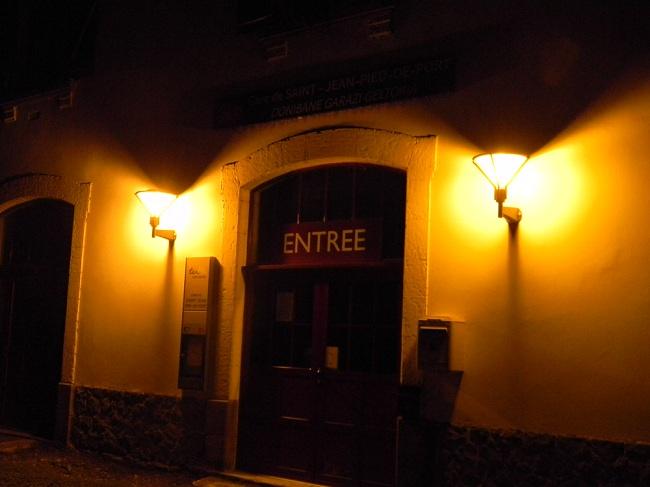 L'arrivo a Saint Jean Pied de Port, in serata (22:30). La piccola stazione ferroviaria, dove ferma anche l'autobus da Bayonne.