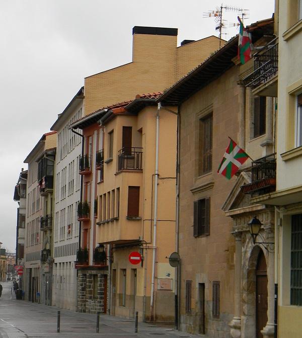 Strada principale di Arre, a pochi chilometri da Pamplona. Bandiere basche ovunque. Non è Spagna questa.