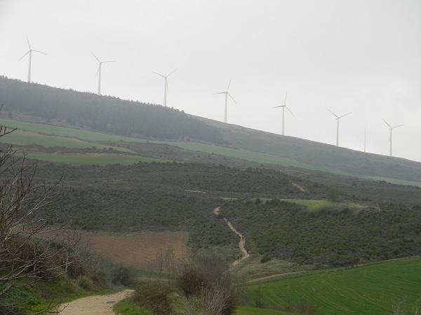 La salita verso Alto del Perdòn. Chissà perché ci sono così tante pale eoliche.
