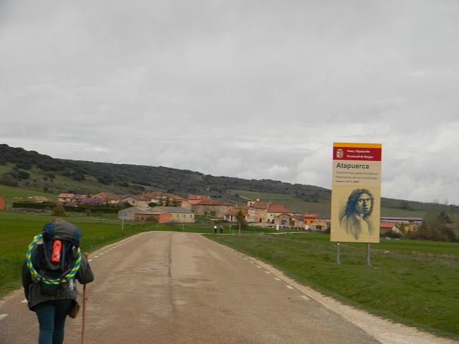 Adeya che sta per entrare ad Atapuerca, un villaggio con importanti reperti archeologici.