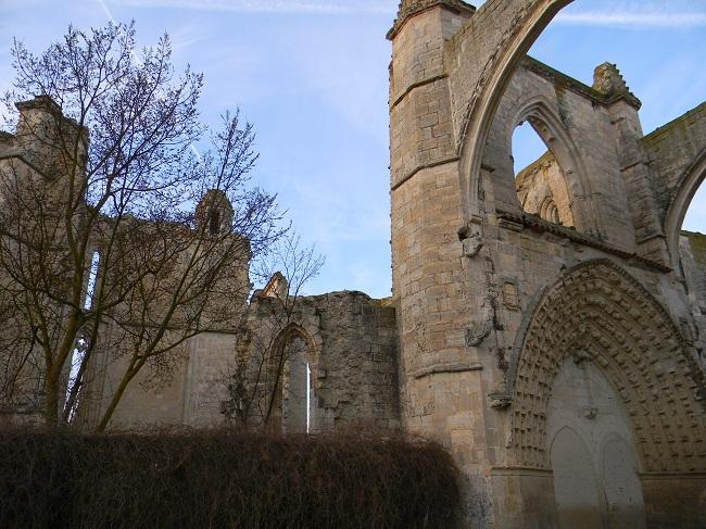 Rovine di un'antica abbazia, dove mi sono fermato per la prima sosta dopo un paio d'ore di buona camminata. Posto molto suggestivo.