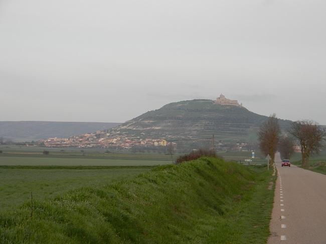 Castrojeriz si avvicina. Il castello medievale domina il paesaggio circostante, mentre il paese si stende alle opposte pendici di una collina che sembra messa lì apposta per quel castello.