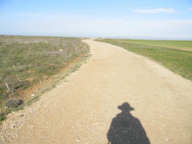 La mia ombra, unica compagna di viaggio per alcuni giorni. Sempre un paio di metri più vicina a Santiago di quanto lo sia tu.