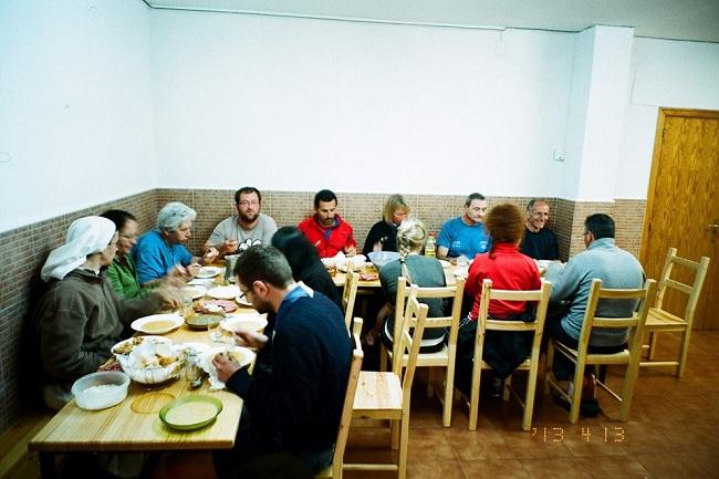Cena comunitaria nell'albergue parrocchiale. Le suore hanno cucinato per tutti. Bellissima atmosfera di condivisione.