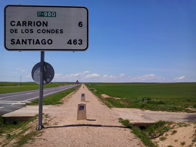 Still a long way to go. La distanza a Santiago è leggermente maggiore a quella che verrà effettivamente percorsa. I chilometri del cartello si riferiscono alla strada asfaltata. Dal punto di vista del Cammino, si è a metà rispetto a San Jean Pied de Port.