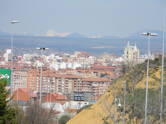 León non è lontana, ma per entrare in città ti fanno fare un giro senza senso, allungando di qualche chilometro. Vabbè...