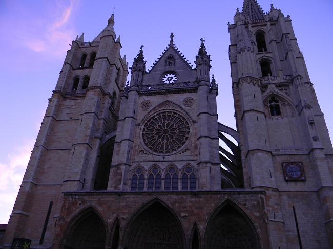 Il duomo di León, ancora non illuminato dal primo sole mattutino.