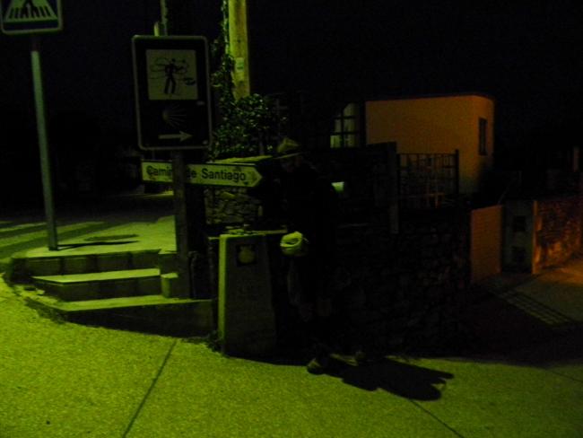 Cippo dei 50 Km. Si inizia a camminare il prima possibile, anche prima dell'alba.