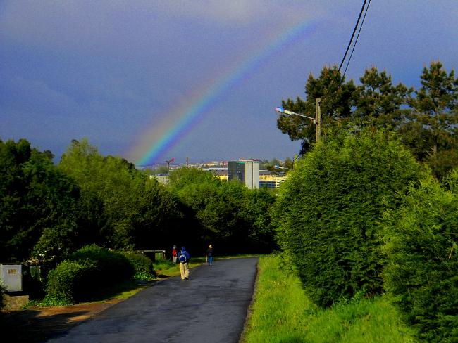 Arcobaleno che sembra partire proprio dalla città di Santiago.