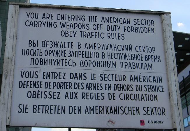 Stai per entrare nel settore americano. È proibito portare armi fuori servizio. OBBEDISCI ALLE REGOLE DEL TRAFFICO.